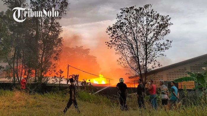 BREAKING NEWS: Kebakaran Besar Gudang Kayu di Mojosongo Jebres Solo, Terdengar Dua Kali Ledakan