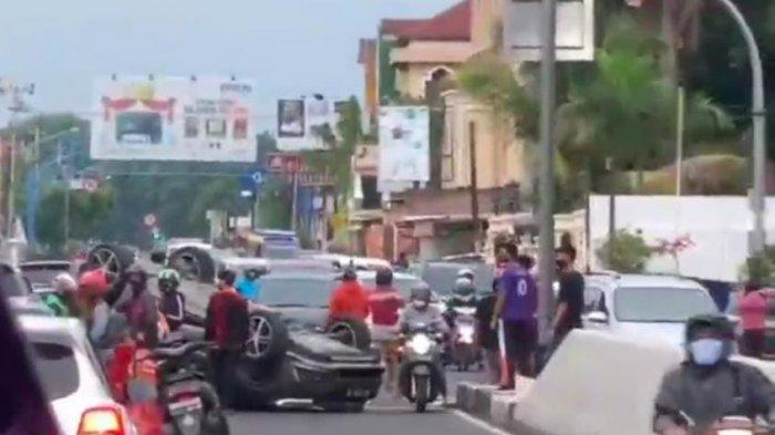 BREAKING NEWS: Penyebab Kemacetan Parah di Flyover Manahan Karena Ada Mobil terguling