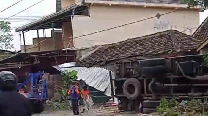 Truk Boks Hantam Rumah Warga di Sragen, Teras Rumah Harsono Rusak, Rugi Rp 30 Juta