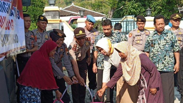 Minim Sumber Mata Air, Polres Sukoharjo Dropping 16 Ribu Liter Air Bersih di Dua Desa Kecamatan Bulu