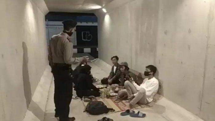Dibubarkan Polisi, ABG Nekat Nongkrong dan Gelar Tikar di Terowongan Flyover Purwosari Solo