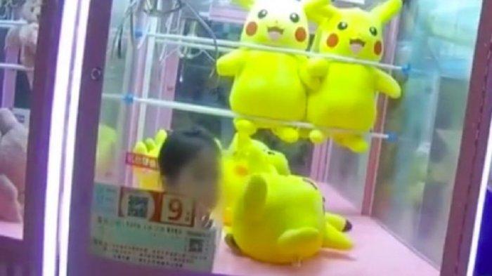 Bocah 3 Tahun Terjebak di Mesin Capit Saat Berniat Ambil Boneka Pikachu