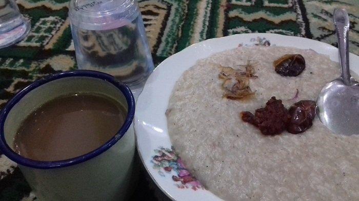 Sepiring bubur Samin disajikan bersama segelas kopi susu, Sabtu (27/5/2017) petang. Ini merupakan tradisi asli Banjar.