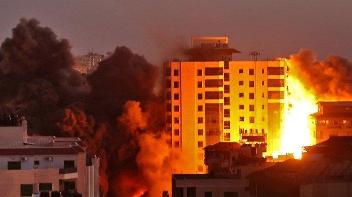 Foto serangan roket militer Israel yang menghancurkan bangunan di Jalur Gaza, Palestina, menjelang Idul Fitri 2021.