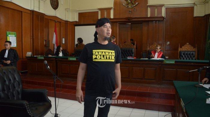 Ahmad Dhani Kenakan Kaus Bertulis 'Tahanan Politik' saat Sidang di Surabaya Sebagai Bentuk Protes