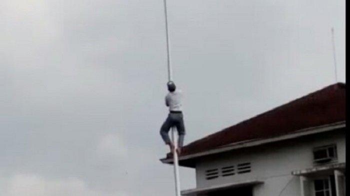 Aksi Heroik 2 Siswa SMAN 1 Purwokerto Nekat Panjat Tiang Bendera saat Upacara Sumpah Pemuda