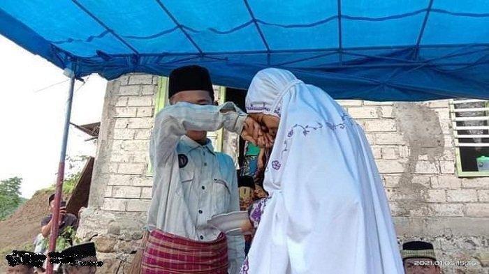 Siswi SMP berinisial AN mencium tangan suaminya MI, usai akad nikah di Desa Sukadana, Kecamatan Pujut, Lombok Tengah, Kamis (31/12/2020).