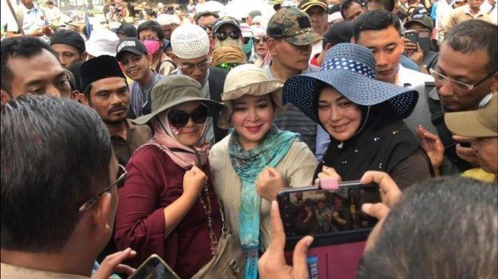 Ikut Kawal Aksi di Depan Gedung MK, Titiek Soeharto: Alhamdulillah Makanan Berlimpah dari Relawan