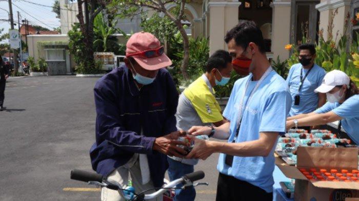 Tim Hotel Solia Zigna Solo, berbagi 1000 paket makanan gratis untuk warga Kota Solo.