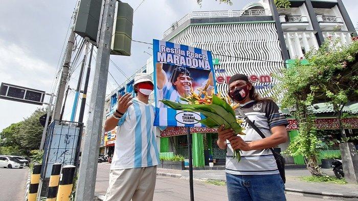 Cara Warga Solo Kenang Maradona: Tenteng Poster Sang Legenda di Tengah Jalan
