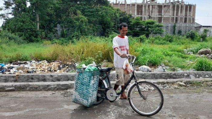 Sosok pemulung bernama Mulyadi membawa sepeda onthel kesayangannya dan bronjong berisi sampah daur ulang di Desa Gumpang, Kecamatan Kartasura, Kabupaten Sukoharjo, Senin (23/11/2020).
