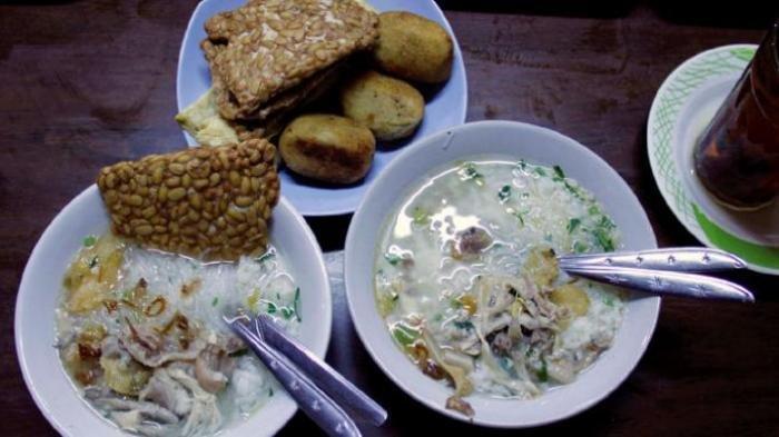 Soto ayam di gerai Soto Gading 1, salah satu tujuan wisata kuliner populer di Solo, Jawa Tengah.