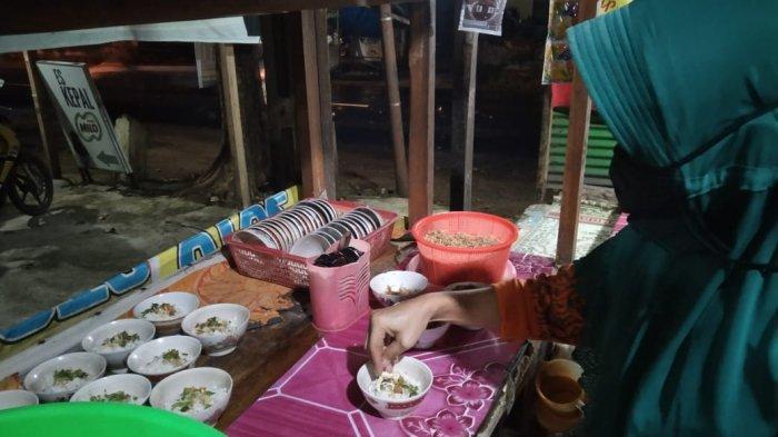 Dwiningsih (45) pemilik soto Sewu di Karanganyar sudah berjualan sejak 9 tahun lalu.