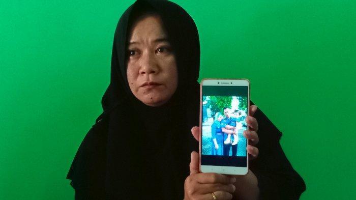 Sri Wisnuwati menunjukkan foto Suyanto di rumahnya, Girimulyo RT 18, Desa Katelan, Kecamatan Tangen, Kabupaten Sragen, Minggu (10/1/2021).