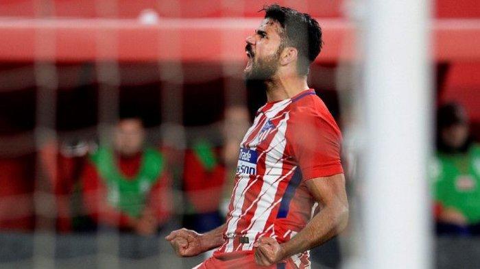 Striker Atletico Madrid, Diego Costa, merayakan gol yang dia cetak ke gawang Sevilla dalam laga Liga Spanyol di Stadion Ramon Sanchez Pizjuan, Sevilla, pada 25 Februari 2018.