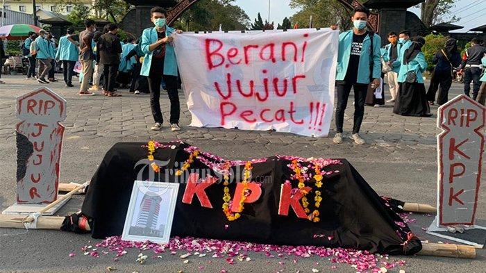 Minta Firli Bahuri Mundur, Mahasiswa UNS Solo Demo, Bawa Keranda & Nisan Serukan Selamatkan KPK