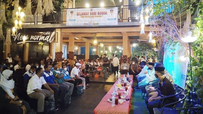 Suasana buka bersama sekaligus peringatan Hari Buruh Internasional di Cafe New Normal Karanganyar, Sabtu (1/5/2021).
