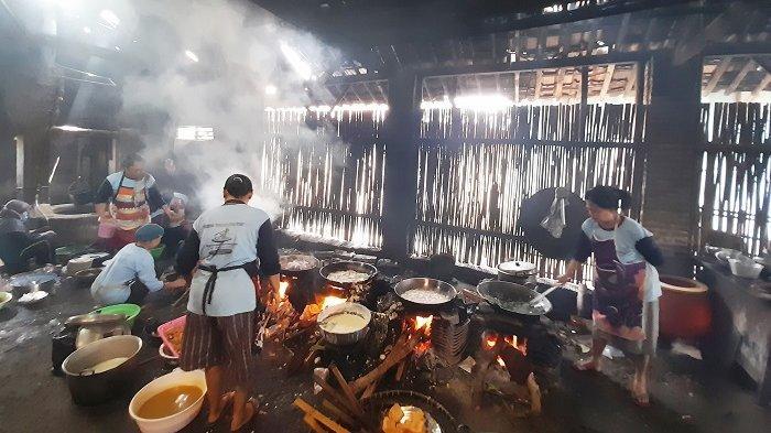 Tingkah Pembeli di Warung Makan Pak Rudy Bayar Rp 5.000, hingga Intip Kondisi Dapurnya yang Eksotik