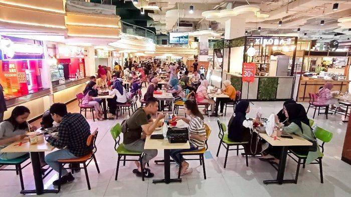 Suasana Food Court Solo Grand Mall saat momem libur Natal, Minggu (27/12/2020).