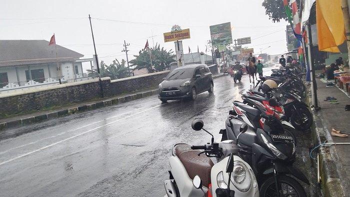 Suasana jalanan di lokasi wisata Tawangmangu, Kabupaten Karanganyar yang diguyur hujan pada libur Isra Mi'raj, Kamis (11/3/2021).