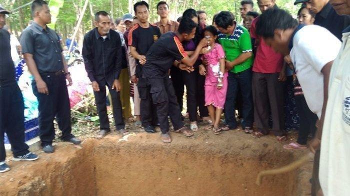 Korban Tewas Mobil Terbakar Di Tol Lampung kilometer 96 Dimakamkan 1 Liang Lahat