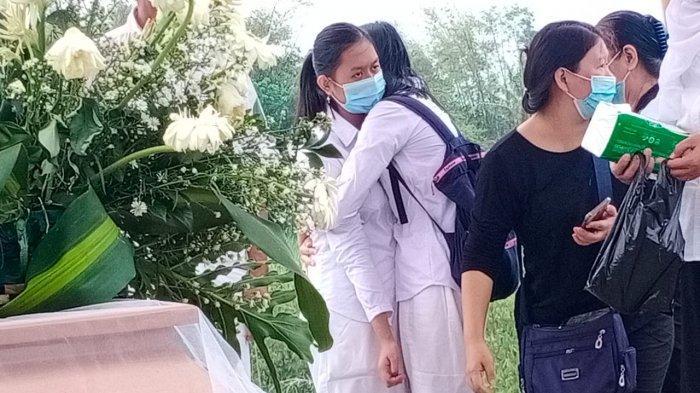Tangis Haru Keluarga Pecah, saat Prosesi Pemakaman Jenazah yang Terbakar di Dalam Mobil di Sukoharjo