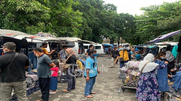 Suasana PKL bermobil dari luar daerah yang masih memenuhi kawasan Alun-alun Keraton Solo, Kamis (17/6/2021).