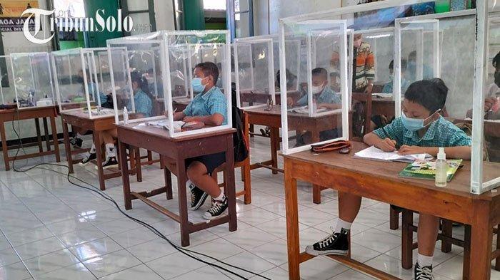 Potret Sekolah Tatap Muka di SD Warga Solo, Setiap Meja Pakai Sekat: Siswa Antusias