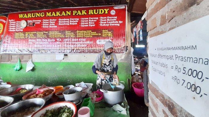 Suasana Warung Makan Pak Rudy yang viral karena bayar Rp 5.000 tapi tak habis bayar Rp 7.000 di Godean RT 01 RW 15 Desa Wirun, Kecamatan Mojolaban, Kabupaten Sukoharjo, Kamis (4/2/2021).