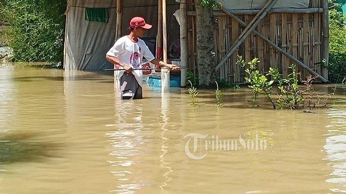 Protes Rumahnya Jadi Langganan Banjir, Warga Jetis Sukoharjo Nekat Mancing di Tengah Genangan Air
