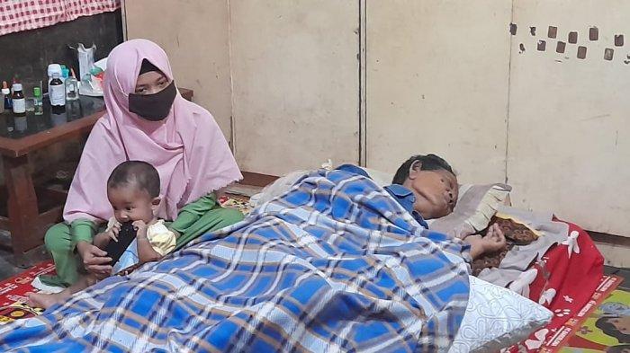 Suji Mentir hanya bisa terbaring di rumahnya di Dukuh/Desa Tegalrejo RT 10, Kecamatan Gondang, Sragen.