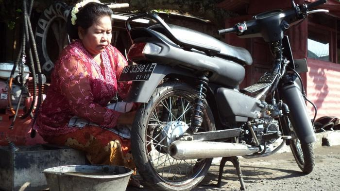 Sukini, Sejak Umur 14 Tahun Bekerja Sebagai Tukang Tambal Ban