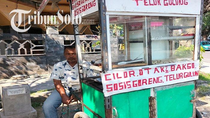 Penjual telur gulung Sumarjo (51) di depan Masjid An Nur Joho Manahan Solo, Kamis (26/8/2021).