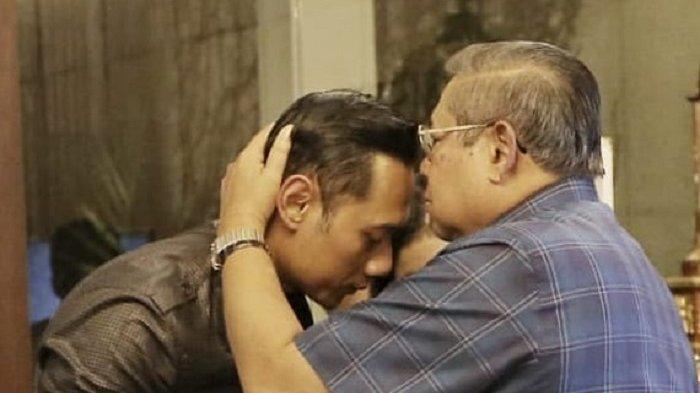 Susilo Bambang Yudhoyono mencium kening putranya, Agus Harimurti Yudhoyono.
