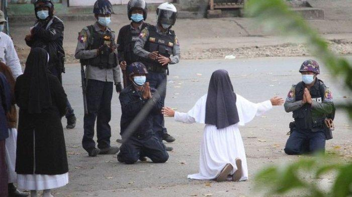 Kisah Suster Ann Roza Berlutut & Menangis Depan Aparat Demi Lindungi Demonstran Myanmar: Tembak Saya