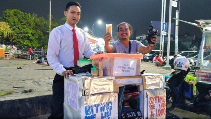 Tampil Rapi dan Berdasi, Sutrisno Jajakan Mie Lidi di Alun-alun Pekalongan, Pembeli Kerap Minta Foto