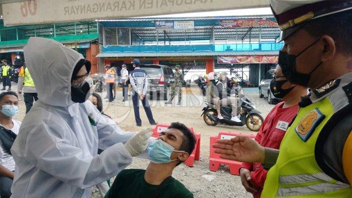 Ketat ! Pasca Lebaran, Polisi Tak Kendorkan Penyekatan di Cemoro Sewu Magetan, 10 Orang Di-swab