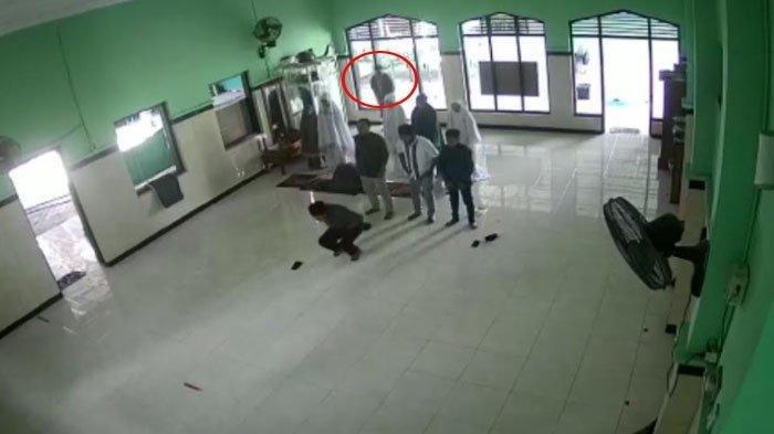 Viral Aksi Pencurian di Masjid Kabupaten Kediri Terekam CCTV, Maling Panik Diteriaki Anak Korban