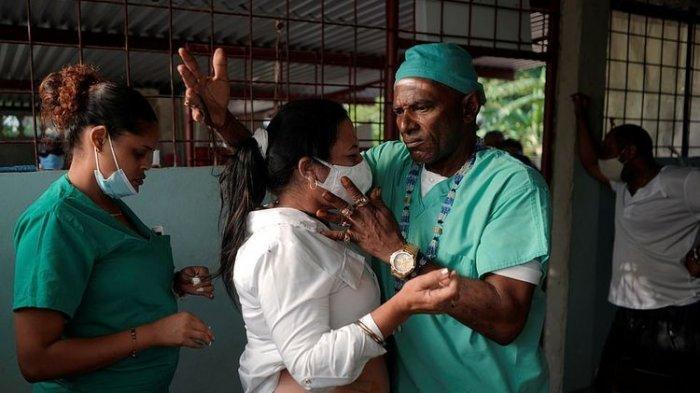 Pengobatan Alternatif Tak Lazim di Kuba, Seorang Tabib Bedah Pasien Pakai Golok Tanpa Bius