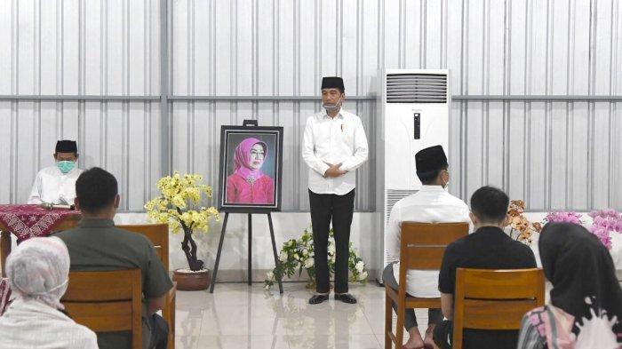 Foto-foto Suasana Tahlilan Ibunda Presiden Jokowi di Solo: Tamu Pakai Masker hingga Kursi Berjarak