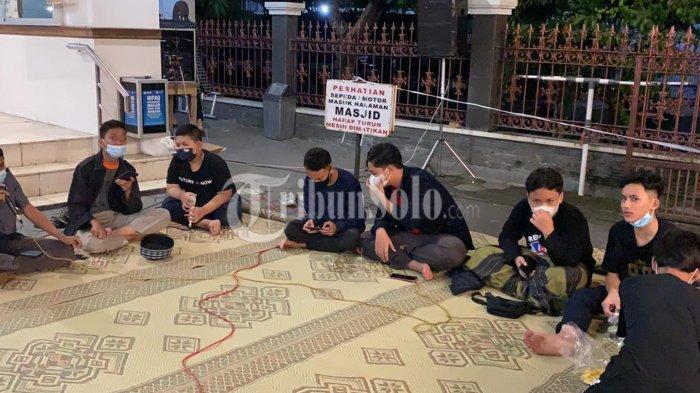 Potret Sederhananya Malam Takbiran di Masjid Nurul Huda Solo, Digelar Terbatas & Beralaskan Karpet