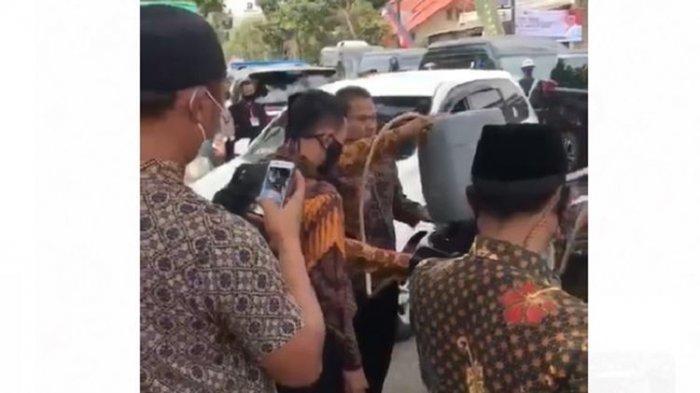 Viral Video Mobil Berpelat RI 2 Diisi Bensin Pakai Jeriken, Begini Penjelasan Setwapres