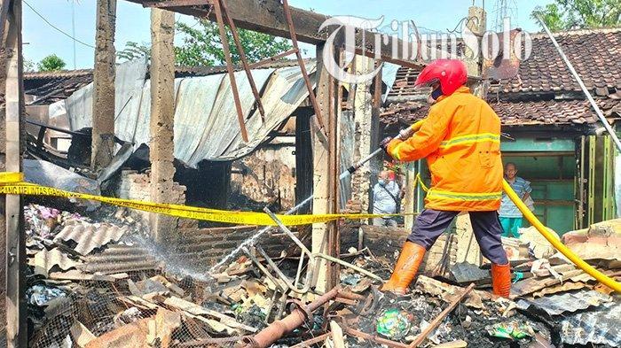 Petugas pemadam tengah menyisir sisa-sisa api kebakaran di Pasar Janglot, Kecamatan Tangen, Kabupaten Sragen ludes terbakar, Minggu (26/9/2021.