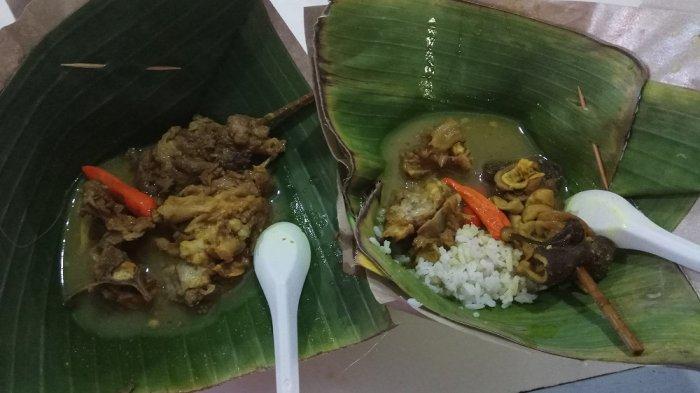 Tengkleng Klewer Bu Edi yang disajikan menggunakan pincuk daun pisang.