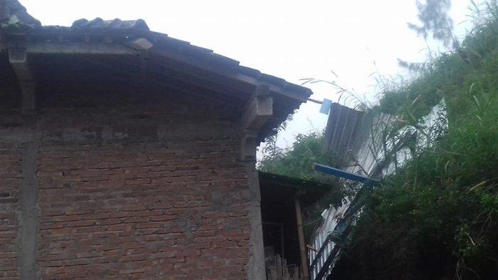 Bencana Angin Ribut di Boyolali: Teras Rumah Warga Ambrol dan Genting Rusak