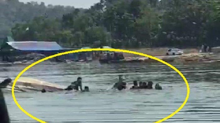 Kondisi perahu berisi wisatawan yang terbalik di Waduk Kedung Ombo di Dukuh Bulu, Desa Wonoharjo, Kecamatan Kemusu, Kabupaten Boyolali, Sabtu (15/5/2021).