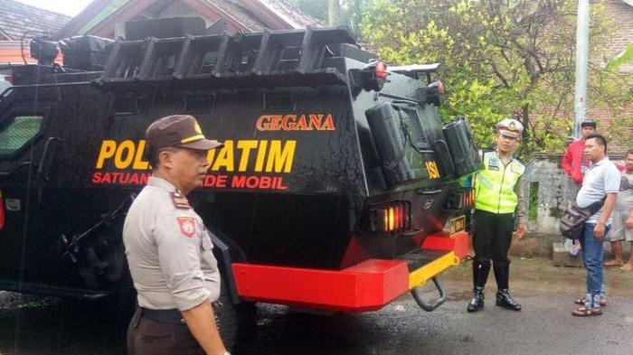 Tim Gegana Gunakan Gas Air Mata Lumpuhkan Pria Gila yang Mengamuk di Mojokerto