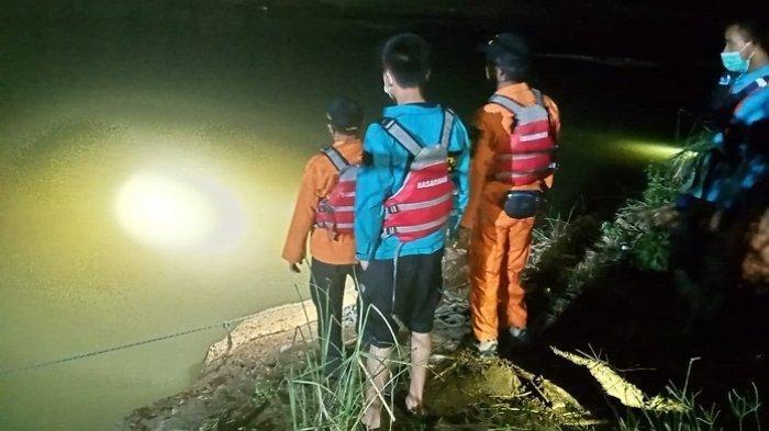 Tim SAR gabungan mencari anak yang hanyut dan tenggelam di Sungai Tajum, Desa Menganti, Kecamatan Rawalo, Kabupaten Banyumas, Minggu (4/6/2021) malam.