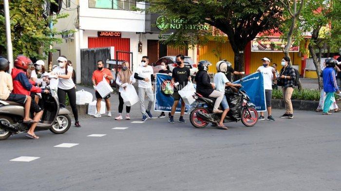 Momen Ramadan 2021, Komunitas Lari Timiks Run Lovers Bagikan Takjil Untuk Tukang Becak & Ojol