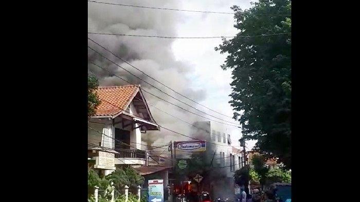 BREAKING NEWS : Indomaret Laweyan Solo Terbakar, Api dan Asap Hitam Membumbung Tinggi